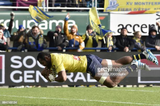 Clermont's Fijian flanker Peceli Yato scores a try during the French Top 14 Rugby union match between ASM Clermont and SU Agen at the Michelin...