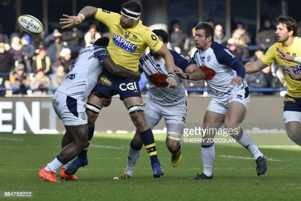 Clermont's French flanker Damien Chouly passes the ball during the French Top 14 Rugby union match between ASM Clermont and SU Agen at the Michelin...