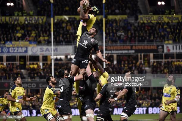 Clermont's French lock Sebastien Vahaamahina catches the ball in a line out during the Top 14 rugby union match between ASM Clermont and ST Toulouse...