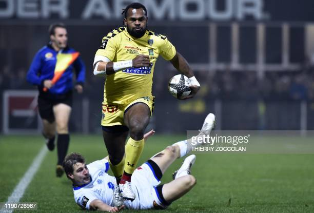 Clermont's French winger Alivereti Raka runs to score a try during the French Top 14 rugby union match between ASM Clermont Auvergne and Castres...