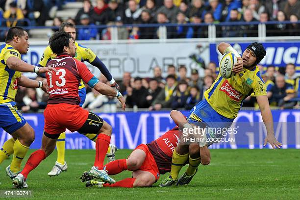 Clermont's New Zealander flanker Fritz Lee tries to pass the ball during the French Top 14 rugby union match between Clermont Auvergne and...