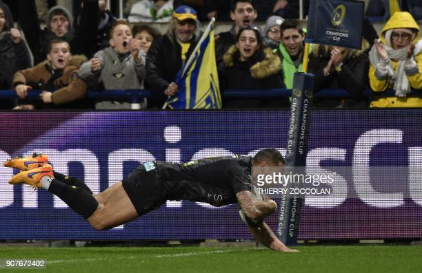 Clermont's New Zelande flyhalf Luke McAlister scores a try during the European Rugby Champions Cup rugby union match between Clermont and Ospreys at...