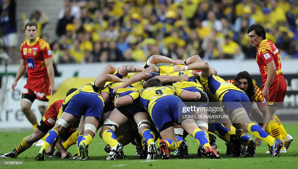 Clermont's players are engage in a scrum during their French Top 14 rugby union final match Perpignan versus Clermont-Ferrand, on May 29, 2010 at the Stade de France in Saint-Denis, northern Paris.