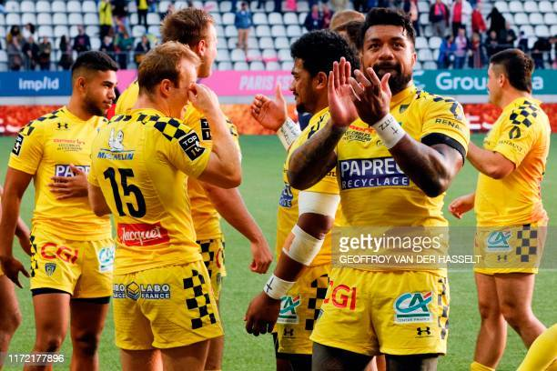 Clermont's players celebrate after winning after the French Top 14 rugby union match between Stade Francais Paris and ASM Clermont at the Jean Bouin...