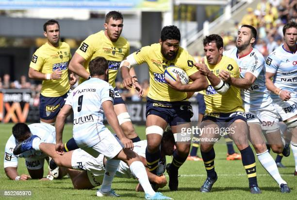 Clermont's Samoan flanker Fritz Lee runs with the ball during the French Union Rugby match between ASM Clermont and Racing 92 at the Michelin stadium...
