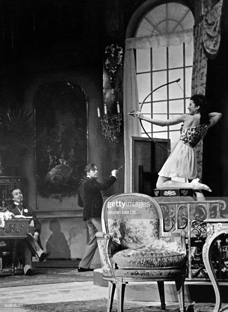 Cleve, Heinz von - Actor, Germany*27.06.1897-09.10.1984+- f.r.t.l.: Heinz von Cleve, Raimund Schelcher and Frauke Lauterbach in the play 'Clorinde heiratet' by Julius Bernhard in the theatre Schiller Theater Berlin - Photographer: Ruth Wilhelmi- 1938 : News Photo