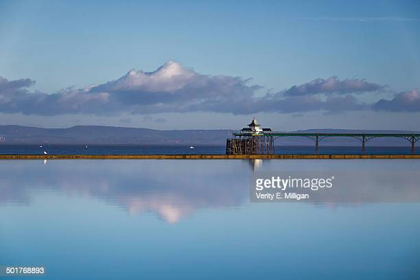 clevedon pier reflecting in the water - clevedon pier ストックフォトと画像