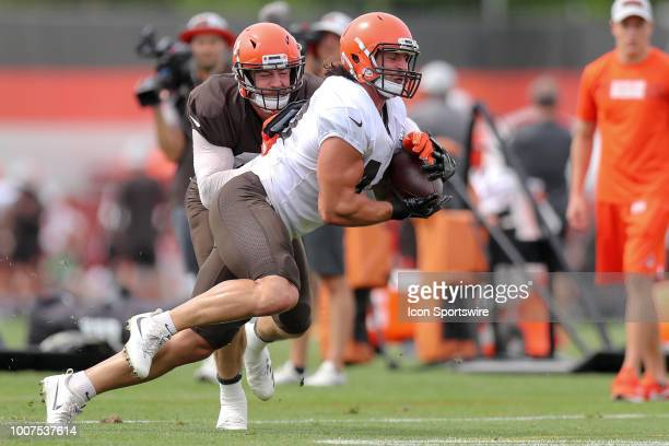Cleveland Browns fullback Danny Vitale makes a catch as Cleveland Browns linebacker Justin Currie defends during drills at the Cleveland Browns...
