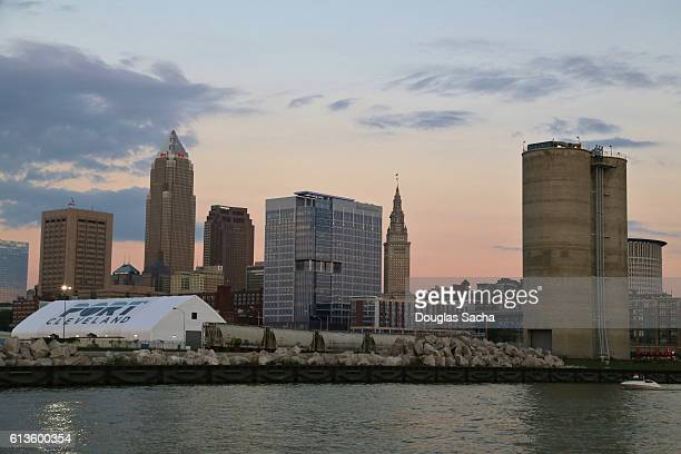 cleveland city on the cuyahoga river - rock and roll hall of fame cleveland stock pictures, royalty-free photos & images