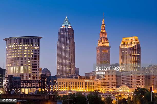 Paisaje de la ciudad de Cleveland, después del atardecer con semáforos en edificios