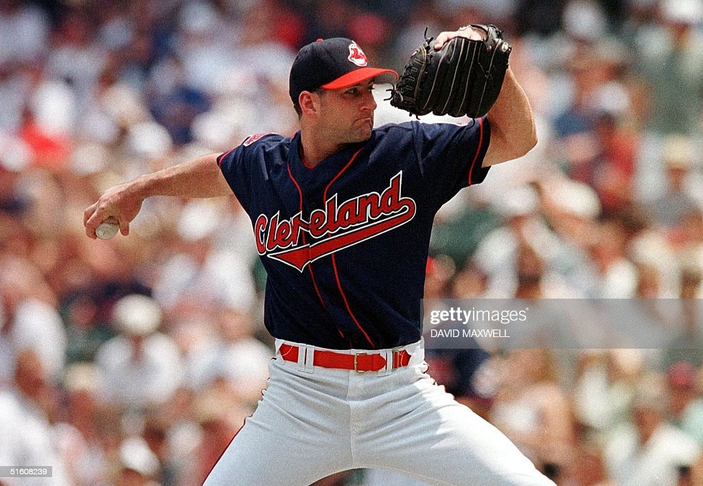 Cleveland Indians pitcher Charles Nagy delivers a : News Photo