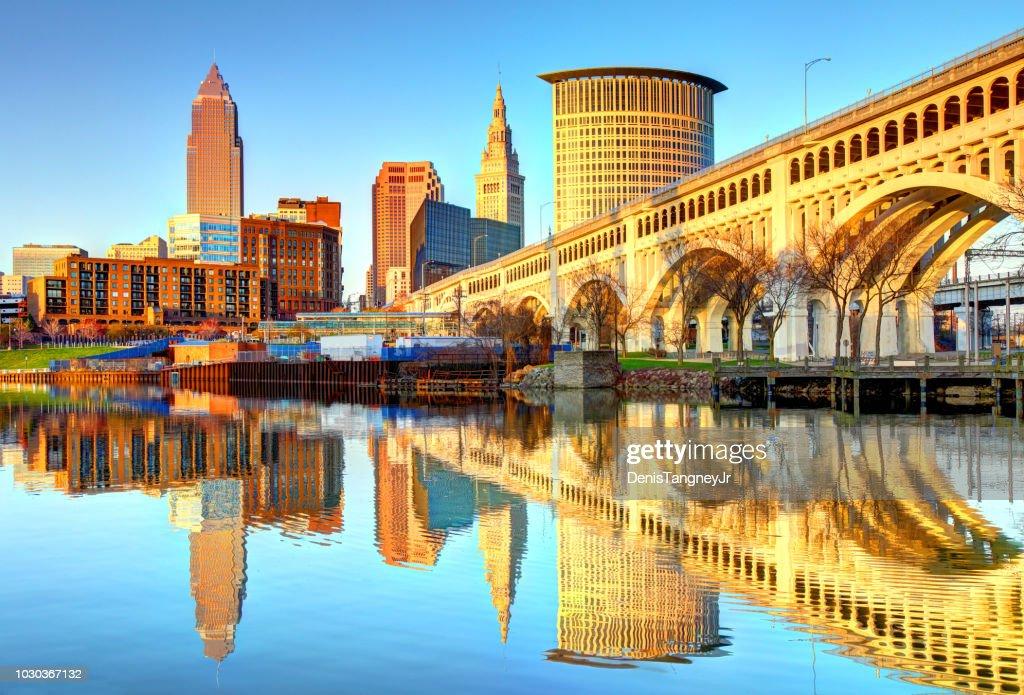 Cleveland Skyline reflektieren der Cuyahoga River : Stock-Foto
