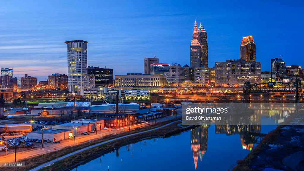 Cleveland Skyline View at blue hour from the Hope Memorial Bridge : Stock-Foto