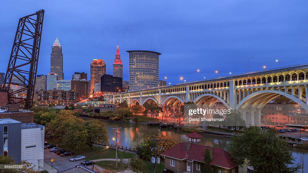 Cleveland Skyline View with Veterans Memorial Bridge in the evening lights. : Stock-Foto