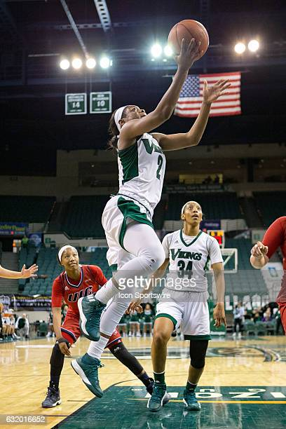Cleveland State Vikings F Ashanti Abshaw drives to the basket during the second quarter of the NCAA Women's Basketball game between the UIC Flames...