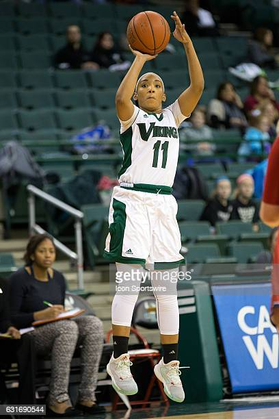 Cleveland State Vikings G Khayla Livingston shoots and scores during the first quarter of the NCAA Women's Basketball game between the UIC Flames and...