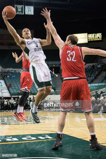 Cleveland State Vikings G Rob Edwards drives to the basket as Youngstown State Penguins C Jorden Kaufman defends during the first half of the men's...