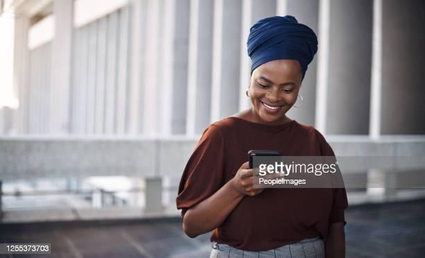 client feedback is just a text away - república da áfrica do sul imagens e fotografias de stock