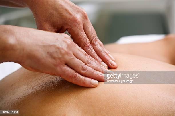 Cliente de recibir un masaje profundo de tejidos