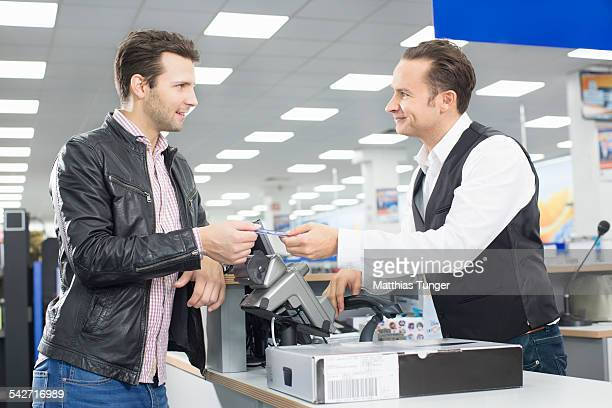 Client paying with his creditcard