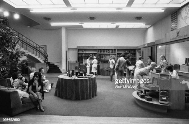 Clientes dans le magasin Louis Vuitton de l'Avenue Marceau à Paris le 9 aout 1977 France