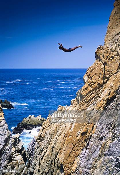 clif jumping by swimmer in acapulco, mexico - acapulco stock pictures, royalty-free photos & images