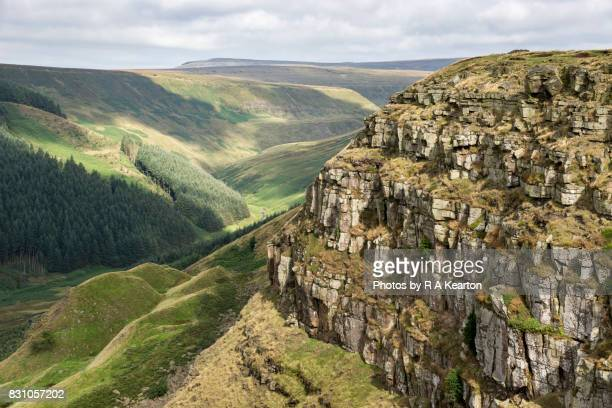 cliff at alport castles, peak district, derbyshire - rock wall stock pictures, royalty-free photos & images