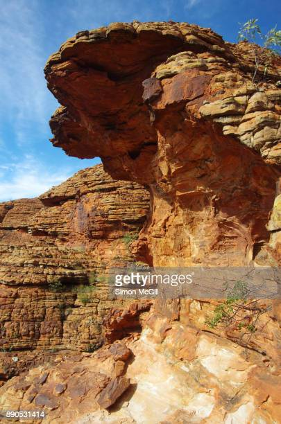 cliff overhang near the staircase down into the garden of eden on the kings canyon rim walk, watarrka national park, northern territory, australia - rock overhang stock photos and pictures