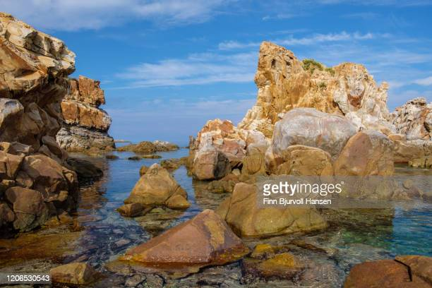 cliffs and clear blue water at the coast of sicilly - finn bjurvoll photos et images de collection