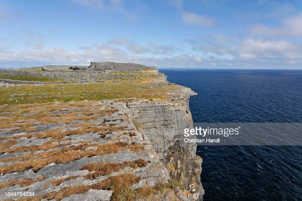 cliffs and dun aengus fort, inis mor, aran islands, ireland - dun aengus stock pictures, royalty-free photos & images