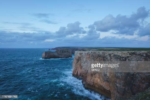 cliffs at cabo de são vicente near lagos in the south portugal during the sunset - vista marina fotografías e imágenes de stock