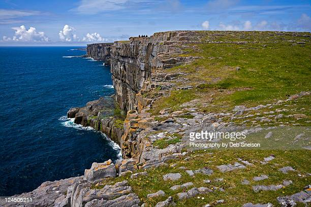 cliffs at dun aengus fort - dun aengus stock pictures, royalty-free photos & images