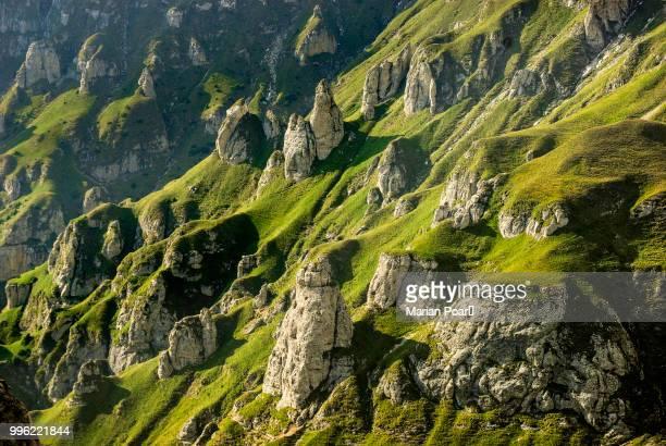 cliffs in bucegi mountains, romania - rumania fotografías e imágenes de stock