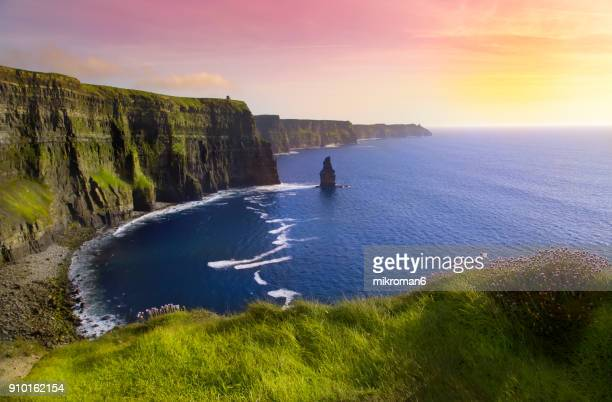 cliffs of moher at colourful sunset co. clare, ireland - irlanda fotografías e imágenes de stock
