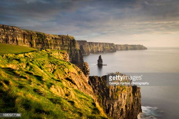 cliffs of moher at sunset, doolin, clare, ireland - irlanda fotografías e imágenes de stock