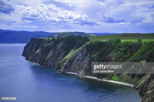 cliffs over baikal, khuzhir, russia - dramatische landschaft stock-fotos und bilder