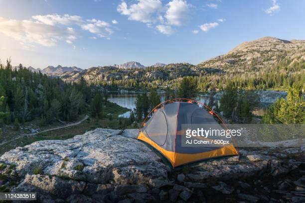 cliffside campsite - 岩壁 ストックフォトと画像