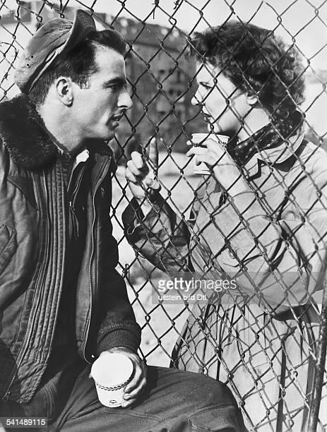 """Clift, Montgomery *-+Schauspieler, USA- in seiner Rolle als Flieger 'Daniel MacCullough' mit Cornell Borchers in dem Spielfilm """"Es begann mit einem..."""