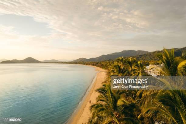 clifton beach sunrise - ケアンズ ストックフォトと画像