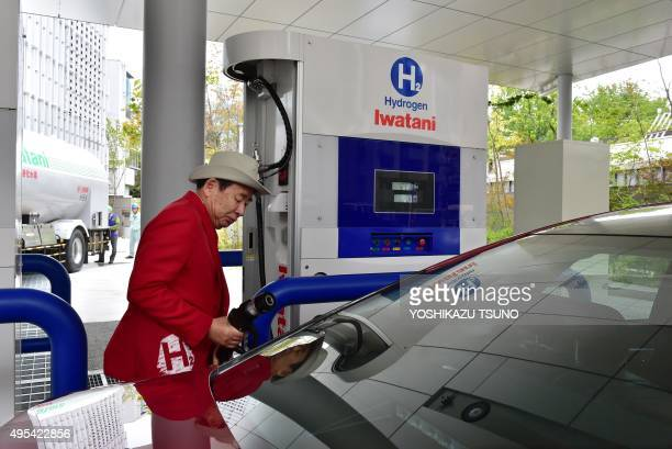 ClimatewarmingCOP21Japanhydrogen FOCUS by Anne Beade Japan's gas distributor Iwatani's serviceman charge hydrogen gas to Japanese auto giant Toyota...