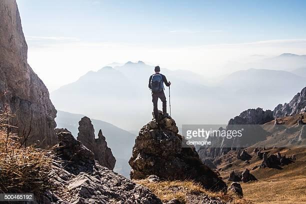Alpinista goza a vista do topo da montanha