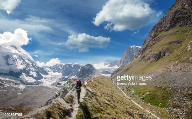 climber on a moutain trail - monte cervino foto e immagini stock