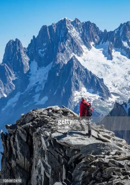 岩の尾根の登山家 - クールマイヨール ストックフォトと画像