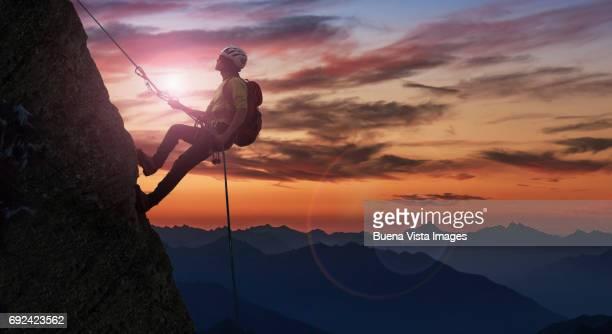 climber on a rocky wall - escalar - fotografias e filmes do acervo