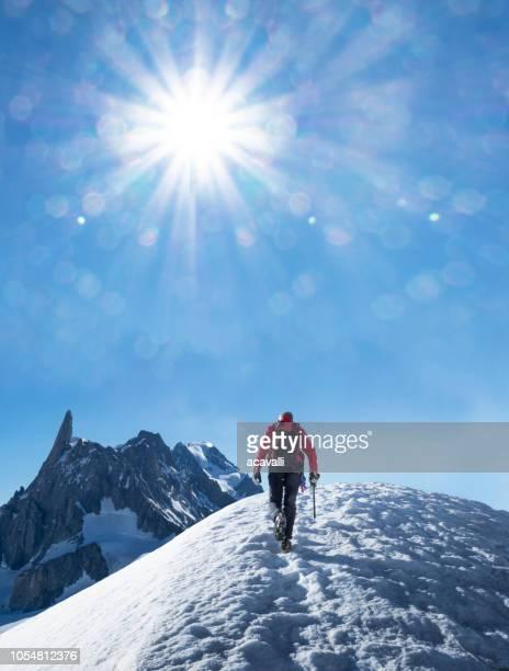 雪に覆われた尾根に登山者 - クールマイヨール ストックフォトと画像