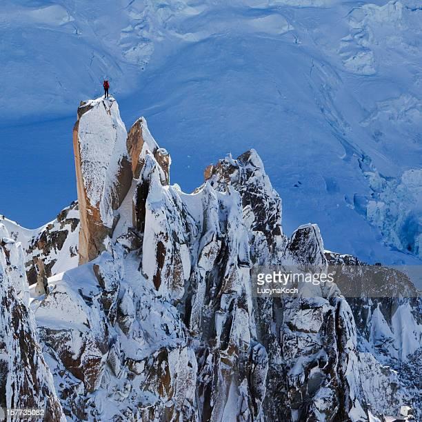 alpinista in cima alla montagna - monte bianco foto e immagini stock