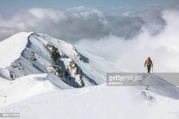 Bergsteiger auf dem Gipfel eines Berges im winter