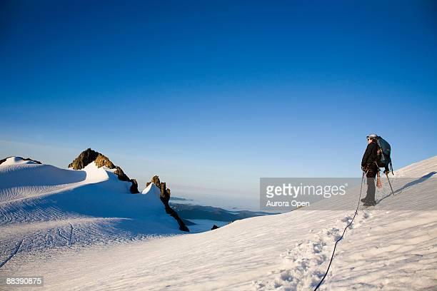 Ein Bergsteiger macht eine Pause, während Sie eine gefährliche Gletscher, nur Zimmer