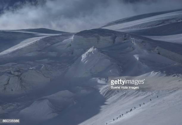 climbers on a glacier among crevasses - monte rosa foto e immagini stock