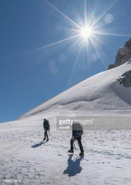 雪に覆われた斜面の登山者です。 - クールマイヨール ストックフォトと画像